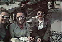 Roger-Viollet | 1026099 | World War II. Fashion at the Luxembourg gardens. Paris, May 1942. Photograph by André Zucca (1897-1973). Bibliothèque historique de la Ville de Paris. | © André Zucca / BHVP / Roger-Viollet