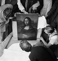 Roger-Viollet   1026745   Opening of the box protecting the Mona Lisa, one year after its return at the Louvre Museum. Paris, 1946.   © Pierre Jahan / Roger-Viollet