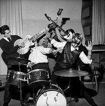 Roger-Viollet | 1027694 |  Les Chats Sauvages . Paris, ABC theatre, January 1962. | © Claude Poirier / Roger-Viollet
