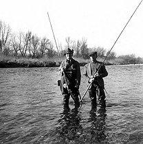 Roger-Viollet   1027814   Tony Burnand (à gauche) et Chaussabel à la pêche au saumon.   © Roger-Viollet / Roger-Viollet