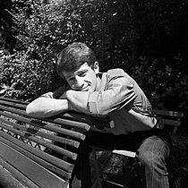 Roger-Viollet   1031760   Jean-Paul Belmondo (1933-2021), French actor. July 1959.   © Alain Adler / Roger-Viollet