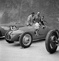 Roger-Viollet | 1033185 | Getting reading for the French Grand Prix motor racing of Saint-Cloud, Amédée Gordini on the far left. Paris, 1946. | © Roger Berson / Roger-Viollet
