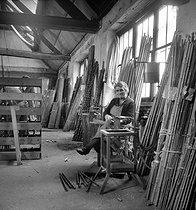 Roger-Viollet   1034307   Fabrication de cannes à pêche. Amboise (Indre-et-Loire), établissements Pezon et Michel, vers 1945.   © Tony Burnand / Roger-Viollet