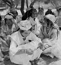 Roger-Viollet | 1034399 | Gaston, Paris (1903-1964). Sahara. négatif sur support souple en nitrate de cellulose. [s. d.]. Bibliothèque historique de la Ville de Paris. | © Gaston Paris / BHVP / Roger-Viollet