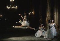 Roger-Viollet | 1038135 | Paris Opera ballet school, April 1960. | © Bernard Lipnitzki / Bernard Lipnitzki BLI / Roger-Viollet