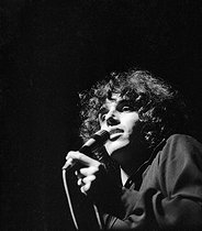 Roger-Viollet | 1038395 | Julien Clerc (born in 1947), French singer. Paris, Olympia, in December 1970. | © Patrick Ullmann / Roger-Viollet