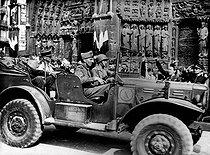 Roger-Viollet | 1039046 | World War II. Liberation of Paris. Colonel Guillebon and General Leclerc. Paris, Notre-Dame de Paris Cathedral, on August 26, 1944. | © LAPI / Roger-Viollet