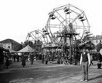 Roger-Viollet | 1039167 | The Fair with the Gingerbreads. Paris, about 1895. Wheels. | © Léon & Lévy / Roger-Viollet