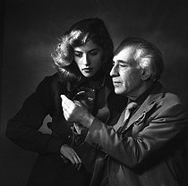 Roger-Viollet | 1041003 | Abel Gance (1889-1981), French director and Nelly Kaplan (born in 1936), Argentinian-born French director and writer. November 1956. | © Boris Lipnitzki / Roger-Viollet