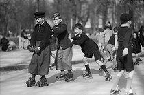 Roger-Viollet | 1042543 | PARIS - CHILDREN ROLLER SKATING | © Pierre Jahan / Roger-Viollet