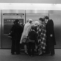 Roger-Viollet   1046593   Appareil de distribution automatique des billets dans le RER, à Paris.   © Roger-Viollet / Roger-Viollet