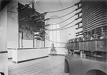 Roger-Viollet | 1050426 | TSF la Fayette à la Croix d'Huis près de Bordeaux. Le self et le tableau de réduction des ondes. 1921. | © Jacques Boyer / Roger-Viollet
