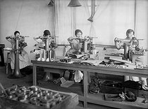 Roger-Viollet | 1050594 | Guerre 1914-1918. Travail des femmes. Fabrication des instruments d'optique. Machine à graver. 1917. | © Jacques Boyer / Roger-Viollet