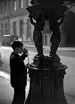 Roger-Viollet | 1055389 | Wallace fountain | © Roger-Viollet / Roger-Viollet
