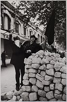 Roger-Viollet | 1059879 | Events of May-June 1968. Barricade in the rue de Lyon. Paris (XIth arrondissement), May 1968. Photograph by Jean Marquis (1926-2019). Bibliothèque historique de la Ville de Paris. | © Jean Marquis / BHVP / Roger-Viollet