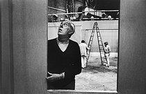 Roger-Viollet | 1063976 | Jacques Tati (1907-1982), acteur et cinéaste français, dans les studios de Boulogne-Billancourt (Hauts-de-Seine. 23 avril 1974. | © Jean-Pierre Couderc / Roger-Viollet