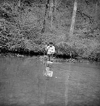 Roger-Viollet | 1066236 | Trout fishing with fly on Loue river (Doubs). | © Tony Burnand / Roger-Viollet