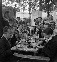 Roger-Viollet | 1069738 | Open-air meal. La Courneuve (France) | © Marcel Cerf / BHVP / Roger-Viollet