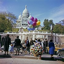 Roger-Viollet | 1071119 | Woman selling balloons in front of the Sacré-Coeur, in the district of Montmartre. Paris (XVIIIth arrondissement), 1960's. | © Collection Roger-Viollet / Roger-Viollet