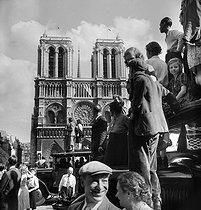 Roger-Viollet   1071153   World War II. Liberation of Paris. Joyful demonstrations in front of Notre Dame de Paris Cathedral. Paris (IVth arrondissement), August 25, 1944. Photograph by Pierre Jahan (1909-2003).   © Pierre Jahan / Roger-Viollet