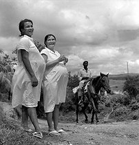 Roger-Viollet | 1071933 | Cuba. Pregnant women in the country. About 1960. | © Gilberto Ante / Roger-Viollet