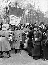 Roger-Viollet | 1072395 | War - Rally of French and Belgian women volunteering to serve as auxiliaries in the army | © Maurice-Louis Branger / Roger-Viollet