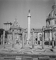 Roger-Viollet | 1072710 | Après-guerre. Le Forum Romain, avec la colonne Trajane et les colonnes de la Basilique Ulpia (premier plan). Le Capitole, Rome (Italie), vers 1950. | © Gaston Paris / Roger-Viollet
