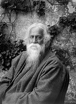 Roger-Viollet | 1072904 | Rabindranath Tagore (1861-1941), Indian writer. Paris, garden of the Pigalle gallery, about 1930. | © Albert Harlingue / Roger-Viollet