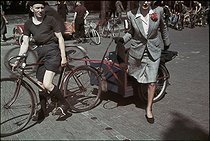 Roger-Viollet | 1074853 | World War II. Arrival on a bicycle taxi of a custumor of the  Trois quartiers . Photograph by André Zucca (1897-1973). Bibliothèque historique de la Ville de Paris. | © André Zucca / BHVP / Roger-Viollet