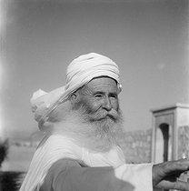 Roger-Viollet | 1079912 | Old Algerian man. Algeria, July 1945. | © Gaston Paris / Roger-Viollet