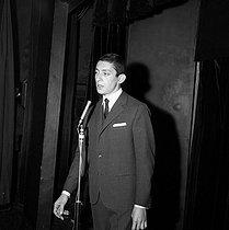 Roger-Viollet | 1080197 | Serge Gainsbourg (1928-1991), French singer-songwriter, in  Opus 109 . Paris, Les Trois Baudets cabaret, November 1958. | © Studio Lipnitzki / Roger-Viollet
