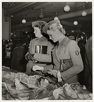 Roger-Viollet | 1082445 | German female soldiers in front of a display of scarves, Printemps department store, Paris (IXth arrondissement). 1940. Photograph by Roger Schall (1904-1995). Paris, musée Carnavalet. | © Roger Schall / Musée Carnavalet / Roger-Viollet