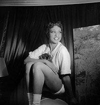 Roger-Viollet   1083529   Joséphine Baker (1906-1975), American artist of music-hall, in  La créole  of Offenbach. Paris, theatre Marigny, decembre 1934.   © Boris Lipnitzki / Roger-Viollet