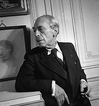 Roger-Viollet   1084057   Paul Valéry (1871-1945), French writer, at home. Paris, February 1945.   © Pierre Jahan / Roger-Viollet