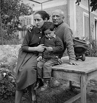 Roger-Viollet | 1086855 | Pablo Picasso (1881-1973), Spanish painter and sculptor, with his partner Françoise Gilot (born in 1921), and their son Claude (born in 1947), circa 1952. | © Studio Lipnitzki / Roger-Viollet