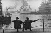 Roger-Viollet | 1087997 | Dockers. Liverpool (England), 1955. Photograph by Jean Marquis (1926-2019). | © Jean Marquis / Roger-Viollet