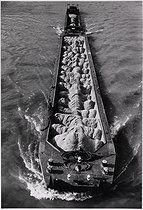 Roger-Viollet | 1088610 | Barge transporting sand. Issy-les-Moulineaux (France), 1980's. Photograph by Léon Claude Vénézia (1941-2013). | © Léon Claude Vénézia / Roger-Viollet