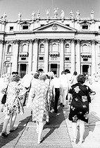 Roger-Viollet | 1089397 | Tourists entering Saint Peter's basilica. Rome (Italy), 1970's. | © Jean-Pierre Couderc / Roger-Viollet