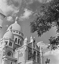Roger-Viollet | 1089727 | Paris. La basilique du Sacré-Coeur. vue de Paris, Montmartre. Photographie d'André Vigneau (1892-1968). 1961-1968. Bibliothèque historique de la Ville de Paris. | © André Vigneau / BHVP / Roger-Viollet
