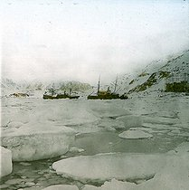 Roger-Viollet | 1090603 | Andree expedition to the North Pole. Spitzbergen, Virgo-Bay at midnight. Detail of a colorized stereoscopic view. | © Léon & Lévy / Roger-Viollet