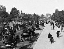 Roger-Viollet | 1091050 | The Avenue du Bois de Boulogne. Paris, circa 1900. | © Léopold Mercier / Roger-Viollet