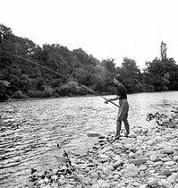 Roger-Viollet   1091172   Pêche au saumon dans un gave du Sud-Ouest.   © Tony Burnand / Roger-Viollet