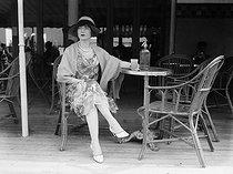 Roger-Viollet | 1092015 | Deauville (France) - Woman at the terrace of a café | © Maurice-Louis Branger / Roger-Viollet