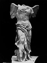 Roger-Viollet | 1094218 | Victoire de Samothrace. Louvre. | © Léopold Mercier / Roger-Viollet