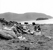 Roger-Viollet | 1095004 | Lunch break during salmon fishing. Ireland, around 1955. | © Tony Burnand / Roger-Viollet