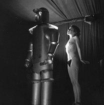 Roger-Viollet | 1096124 | Woman and robot. France, around 1935. | © Gaston Paris / Roger-Viollet