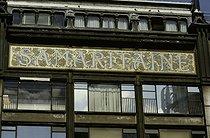 Roger-Viollet | 1105855 | Quai de la Mégisserie.  Rue de la Monnaie, place de l'Ecole. Détail : panneau de la Samaritaine par Frantz Jourdain (1847-1935),1905 . Paris (Ier arr.). Photographie d'André Bondil (1918-2009). Diapositive. 9 juin 1986. Paris, bibliothèque de l'Hôtel de Ville. Paris, bibliothèque de l'Hôtel de Ville. | © André Bondil / BHdV / Roger-Viollet