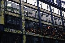 Roger-Viollet | 1105856 | Quai de la Mégisserie.  Rue de la Monnaie. Façade de la Samaritaine, panneaux des rayons  Chemises, Chapeaux, Chaises, Chaussures  . Paris (Ier arr.). Photographie d'André Bondil (1918-2009). Diapositive. 23 novembre 1988. Paris, bibliothèque de l'Hôtel de Ville. Paris, bibliothèque de l'Hôtel de Ville. | © André Bondil / BHdV / Roger-Viollet