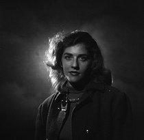 Roger-Viollet | 1111746 | Nelly Kaplan (née en 1931 ou 1936), écrivaine, réalisatrice, scénariste française d'origine argentine. Paris, novembre 1956. | © Boris Lipnitzki / Roger-Viollet