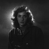 Roger-Viollet | 1111748 | Nelly Kaplan (née en 1931 ou 1936), écrivaine, réalisatrice, scénariste française d'origine argentine. Paris, novembre 1956. | © Boris Lipnitzki / Roger-Viollet